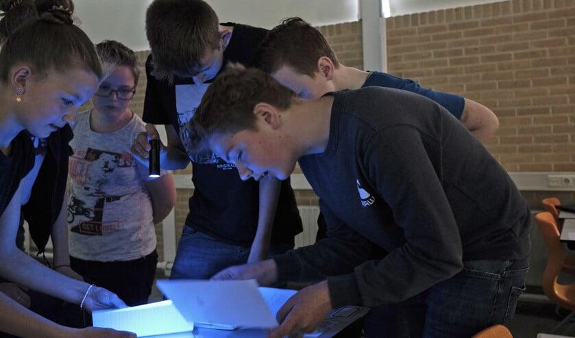 Leerlingen van het Greijdanus College zoeken in een escaperoom naar de toegangscode van de smartphone van Ben.  (Dick Vos)