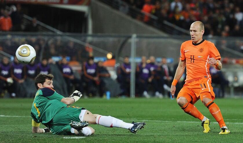 De finale van het WK voetbal in Johannesburg in 2010 tussen Nederland en Spanje: doelman Iker Casillas keert met de voet een schot van Arjen Robben.  (getty / Jasper Juinen)