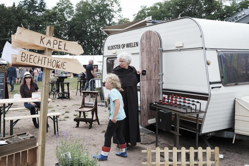 In het bosrijke Vierhouten op de Veluwe is de vijfde editie van het Graceland Festival begonnen.  Met een vierdaags programma vol muziek, kunst en sprekers wil het christelijke festival ruimte bieden aan christenen in de breedte  (Dick Vos)