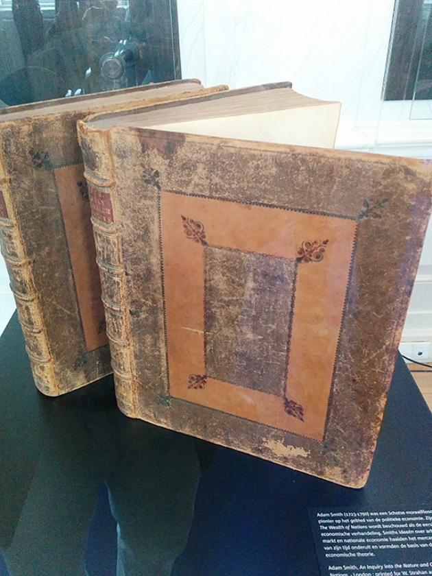 Wealth of Nations, het unieke boek dat in de Kamer werd gevonden, bestaat uit twee delen.   (nd)
