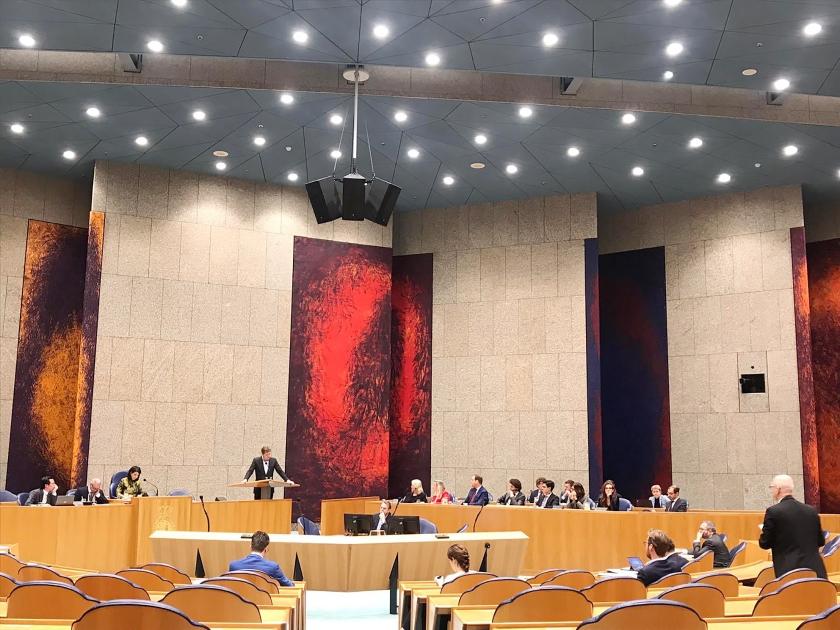 De zeven initiatiefnemers van de Klimaatwet zaten donderdag met minister Wiebes in Vak K, de plaats voor ministers en staatssecretarissen.  (twitter)