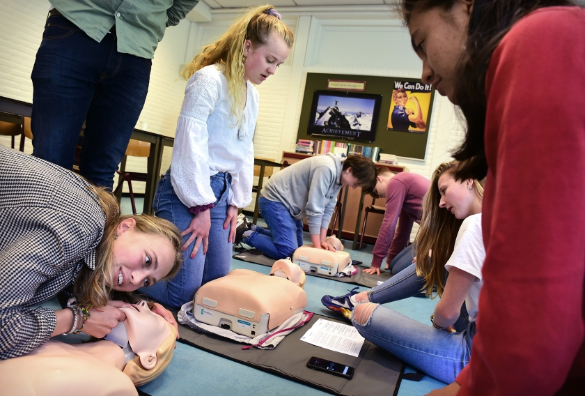 Leerlingen uit vwo-4 van het Goois Lyceum in Bussum krijgen reanimatieles van arts Bernard Leenstra: 'Heb je nog een schok gegeven met de AED?'  (Marcel van den Bergh)