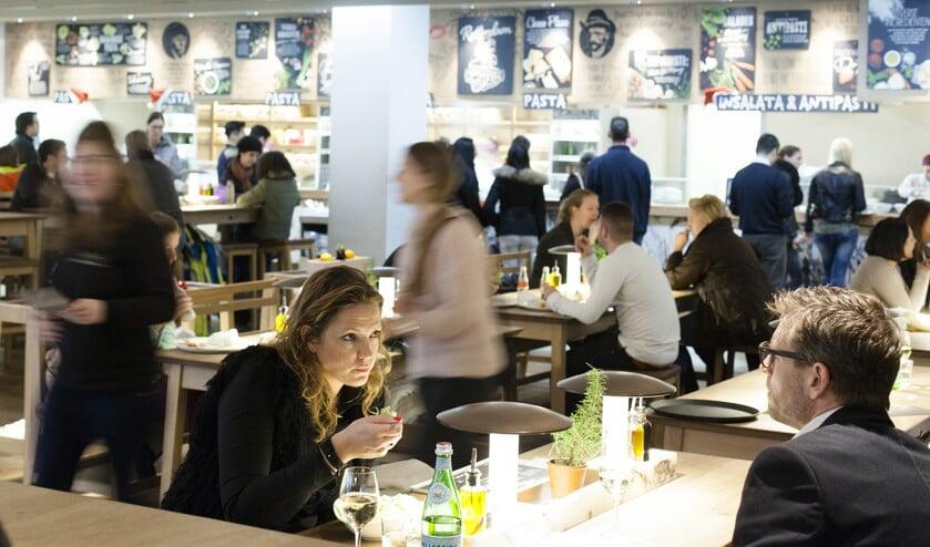 Bij Vapiano aan de Binnenrotte in Rotterdam. Verse ingrediënten, sfeer en een lage prijs lijken succesfactoren van de Italiaanse restaurantketen.  (Dick Vos)