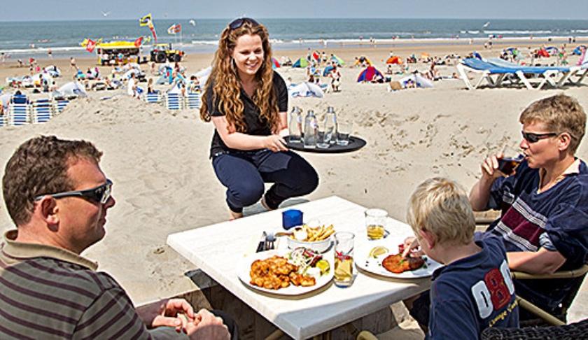 Strandpaviljoens bieden in de zomer werk aan veel scholieren en studenten.  (anp / Koen Suyk)