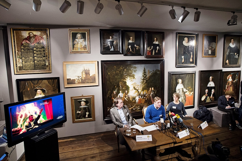 Arthur Brand, specialist in kunstcriminaliteit (midden) geeft uitleg over de in 2005 gestolen kunst uit het Westfries Museum.  (anp / Olaf Kraak)