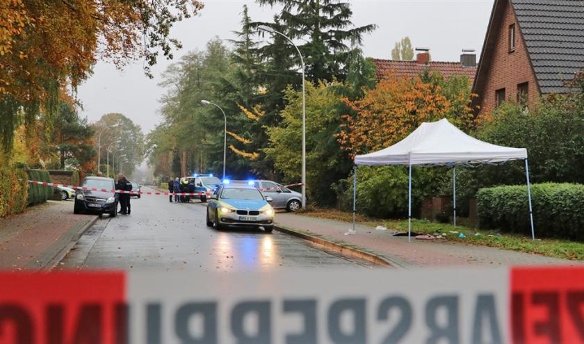 Onderzoek vlak over de Duitse grens waar een advocaat uit Enschede vanuit een rijdende auto beschoten werd.  (anp / Dennis Bakker)