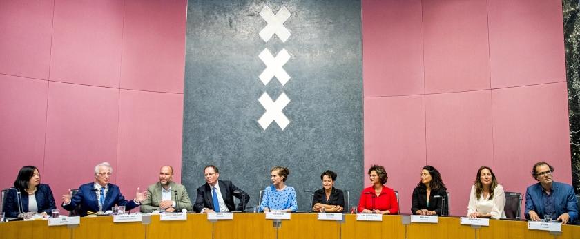 Installatie van de nieuwe wethouders in Amsterdam.  Van links naar rechts: raadsgriffier Marijke Pe, plaatsvervangend burgemeester Jozias van Aartsen, Rutger Groot Wassink (GroenLinks, werk en inkomen), Udo Kock (D66, financiën), Simone Kukenheim (D66, zorg, sport), Sharon Dijksma (PvdA, verkeer en vervoer), Marieke van Doorninck (GL, ruimtelijke ordening, energie), Touria Meliani, (GL, kunst en cultuur, ICT), Marjolein Moorman (PvdA, ..  (anp / Jerry Lampen)