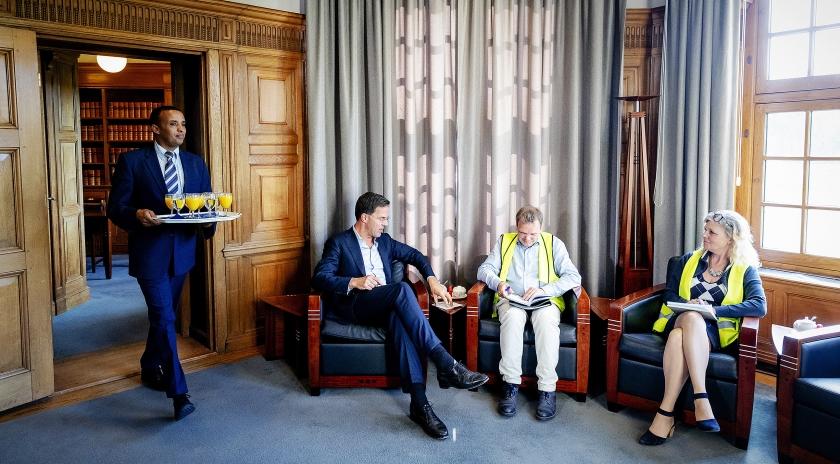 De delegatie van de Gele Hesjes in de werkkamer van de premier. 'Ik heb hem gezegd dat hij maar beter kan aftreden.'  (anp / Robin van Lonkhuijsen)