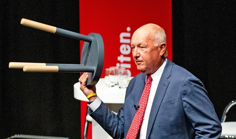 Pete Hoekstra, ambassadeur voor de Verenigde Staten in Nederland, gebruikte tijdens het Grote Defensiedebat twee houten krukjes om zijn oproep aan Nederland om meer geld in defensie te steken, te illustreren.  (anp / Sem van der Wal)