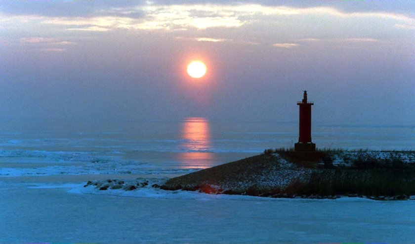 Archieffoto van een winterse zonsopgang ter hoogte van Breezanddijk aan de Afsluitdijk. Het is in de nacht een van de donkerste plekken van Nederland.  (anp / Cor Mulder)