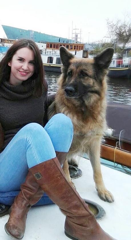 Lili Ujvari bracht begin dit jaar haar herdershond Quinta naar een nieuwe eigenaar.  (nd)
