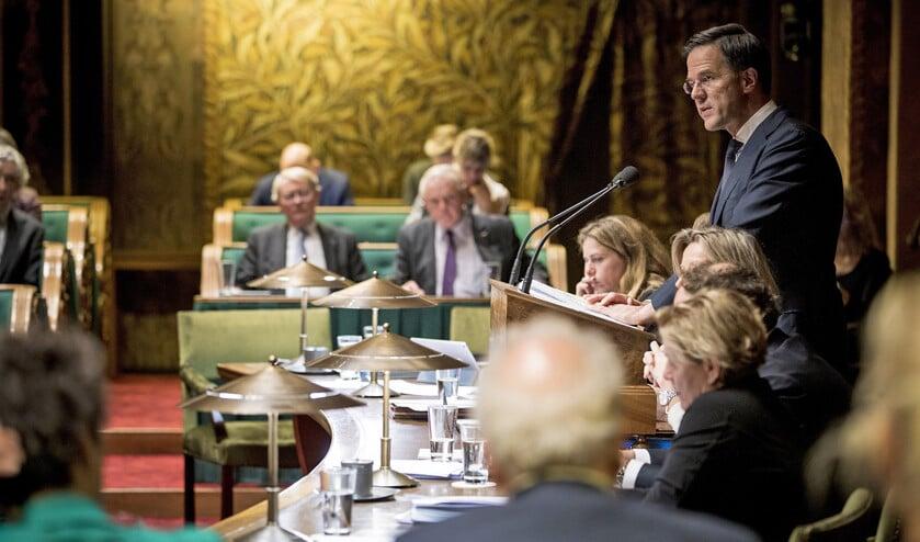 Premier Mark Rutte voert het woord tijdens de Algemene Beschouwingen in de Eerste Kamer. Met de verkiezingen voor de Provinciale Staten voor de deur houdt hij zijn kaarten tegen de borst.  (Freek van den Bergh)