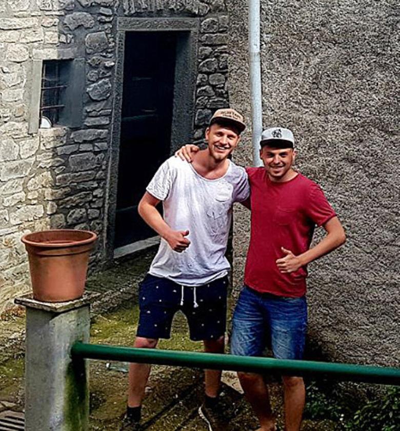 Arnoud en Matthijs voor hun huis.   (nd)