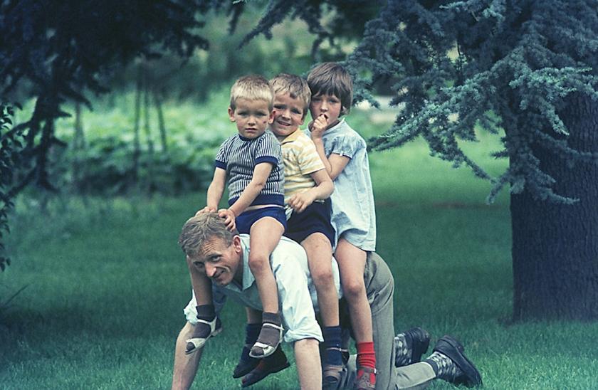 'Op deze foto zitten wij op de rug van onze vader.  Ik ben eigenlijk vergeten waar en wanneer het was, midden jaren zestig denk ik