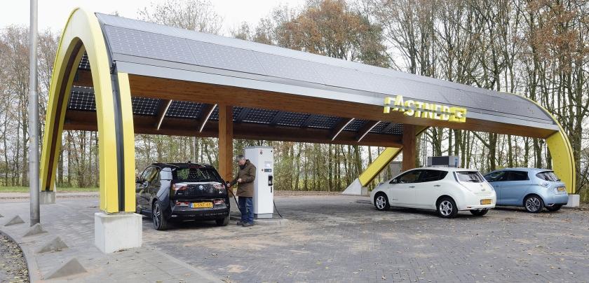 Elektrische auto's worden opgeladen bij een snellaadstation langs de snelweg A1. PvdA en D66 willen dat in het hele land niemand verder hoeft te rijden dan 25 kilometer om een laadplek te bereiken.  (anp / Lex van Lieshout)