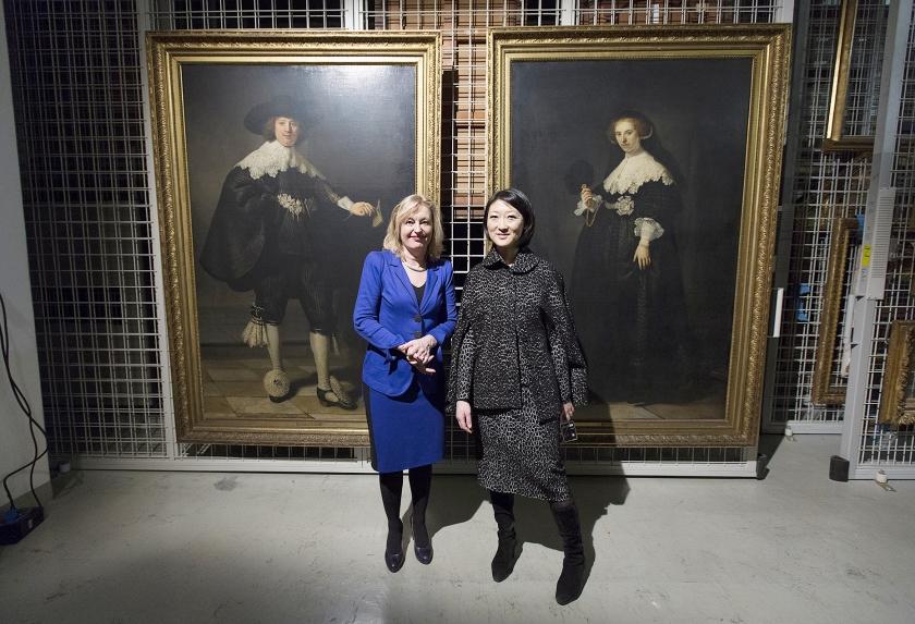 Cultuurministers Jet Bussemaker (Nederland) en Fleur Pellerin (Frankrijk) bij de net verworven huwelijksportretten.  (anp / Bart Maat)