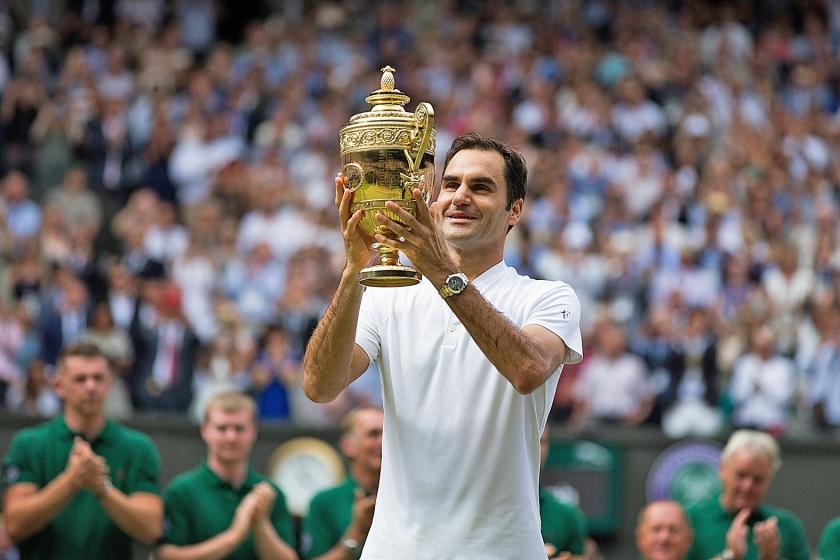 Roger Federer viert zijn overwinning op het gras van Wimbledon.  (epa / Peter Klaunzer)