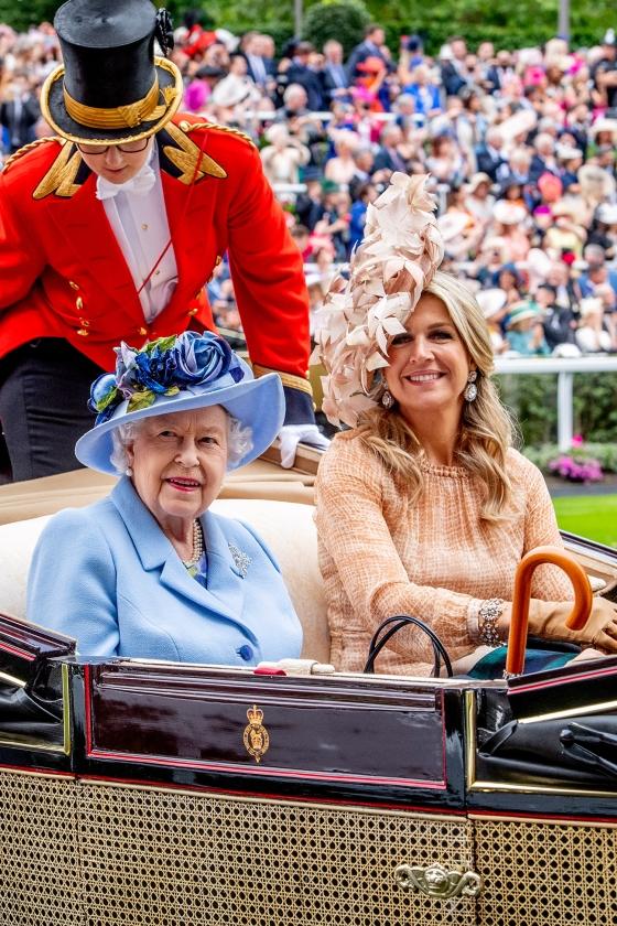 Koning Willem-Alexander en koningin Maxima woonden op de tweede dag van het bezoek aan Windsor de paardenraces tijdens Royal Ascot bij. Samen met koningin Elizabeth II kwamen ze per koets aan bij de renbaan.<   (anp royal images / Patrick van Katwijk)