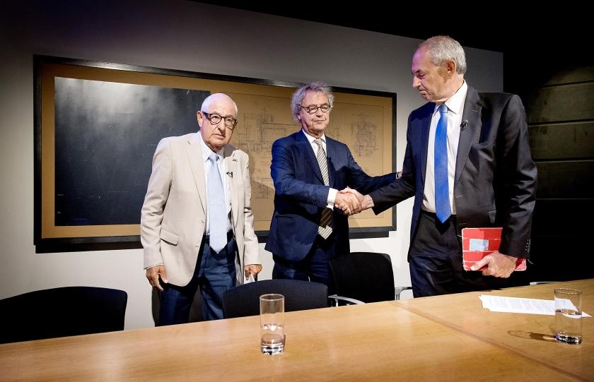 Vanaf links: Salo Muller, Roger van Boxtel van de spoorwegen en voorzitter Job Cohen van de commissie die zich boog over de schadevergoeding.  (anp / Koen van Weel)