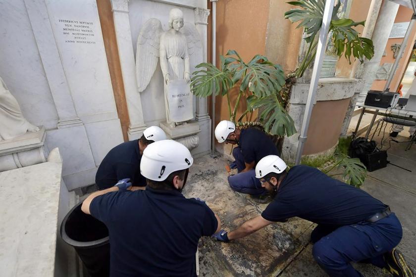 De zoektocht naar de overblijfselen van een in 1983 verdwenen tiener op het Duits-Vlaamse kerkhof binnen de muren van het Vaticaan, heeft niets opgeleverd.  Het Vaticaan opende de graven donderdag op verzoek van de familieleden van de toen 15-jarige Emanuela Orlandi, die er een brief over hadden gekregen  (epa / vatican media)