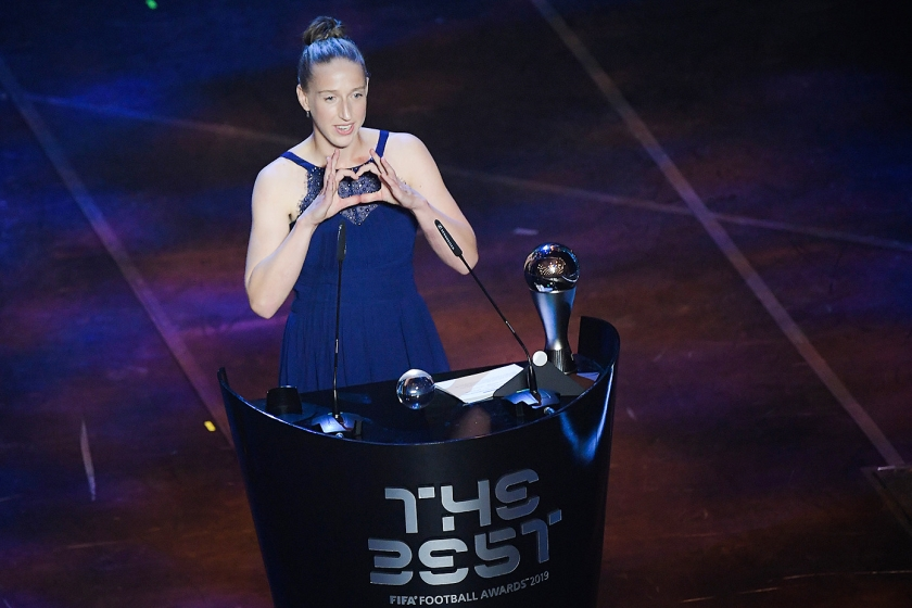 Sari van Veenendaal (29) is uitgeroepen tot beste vrouwelijke keeper van de wereld.  Ze nam de prijs maandagavond in ontvangst tijdens de The Best FIFA Football Awards in Milaan  (afp / Marco Bertorello)