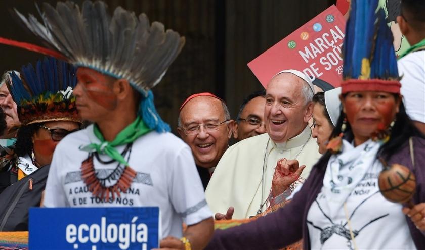 Vertegenwoordigers van etnische groepen uit het Amazonegebied lopen samen met paus Franciscus in een processie bij de opening van de bijzondere bisschoppensynode over de Amazone.  (afp / Andreas Solaro)