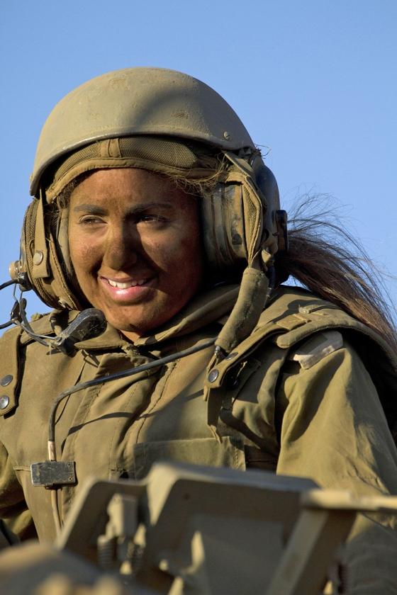 Een vrouwelijke Israëlische soldaat op een pantserwagen. In Israël is dienstplicht voor vrouwen allang ingeburgerd, ook in gevechtseenheden.   (ap / Ariel Schalit)