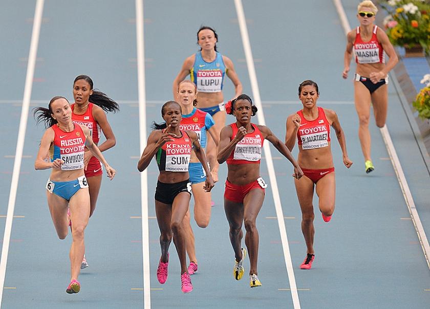 De Russische atleet Mariya Savinova (links) wordt mogelijk geweerd als sporter.  (ap /  Martin Meissner)