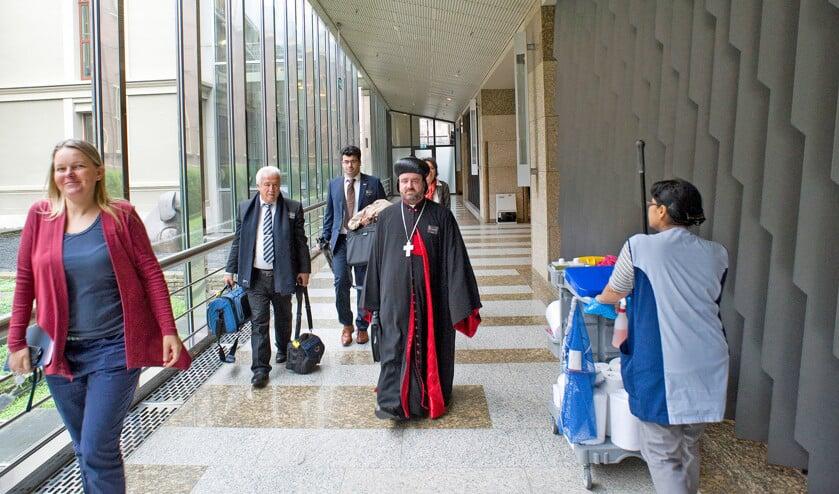 Bisschop Silwanos Petrus Issa Al-Nemeh, van de Aramese kerk in Homs, kwam dinsdag naar de Tweede Kamer om een petitie aan te bieden.  Zijn oproep is eenvoudig: stuur noodhulp niet via internationale organisaties als de VN, maar direct naar de Aramese kerk in Syrië  (Frank van Rossum)
