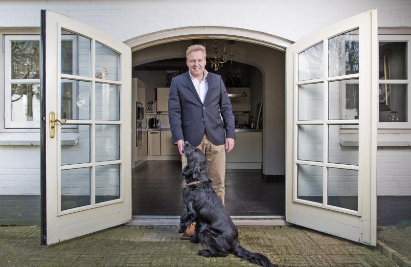 Burgemeester Buijs met zijn hond. 'Als de mensen hier binnenkomen, blijven ze van ons. Ze gaan niet meer van opvang naar opvang.'  (Freek van den Bergh)
