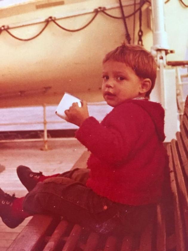 Hoekstra als tweejarig jongetje op de boot naar Engeland tijdens een vakantie met zijn ouders.