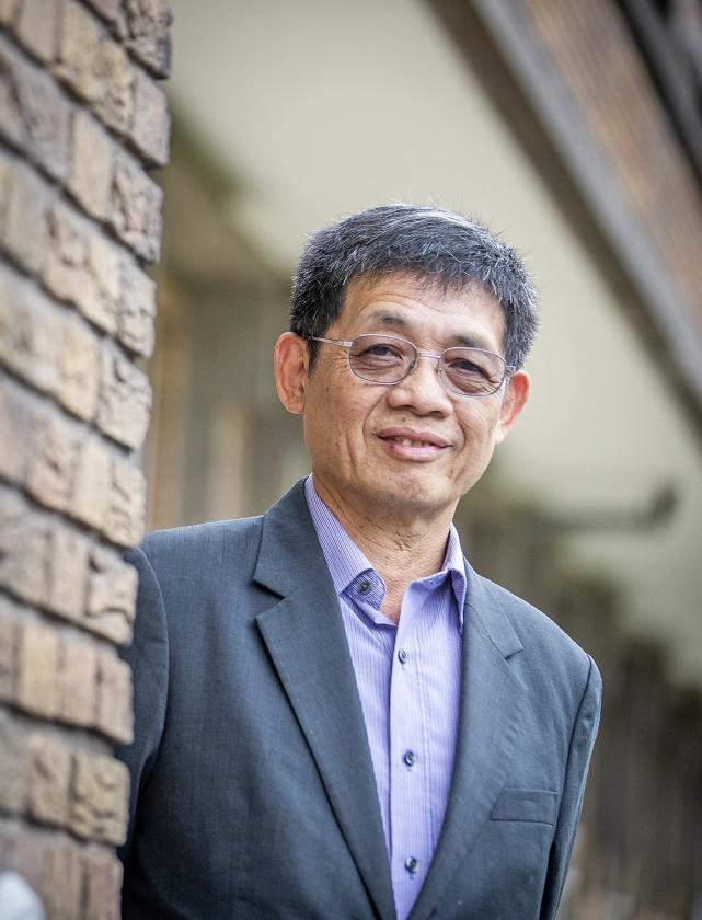 Simon Chow: 'We versieren de kerk met rode decoraties, de kleur van vuur van de Heilige Geest.'   (Jeroen Jumelet)