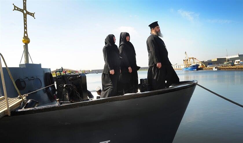Zuster Elisabed (links), zuster Nino en vader Abibos beheren het 'varend klooster' Elia II.  (Lex de Meester)