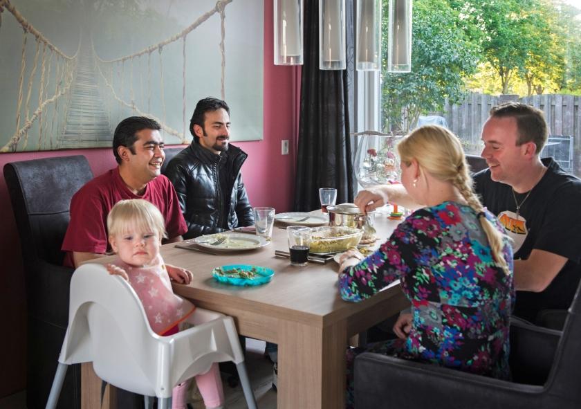 Het gezin Bos uit Apeldoorn nodigt twee Syrische vluchtelingen uit om bij hen thuis te komen eten. 'Veel mensen zijn bereid vluchtelingen te helpen, maar vaak weten ze niet precies wat ze kunnen doen', aldus Mariëlle Beusmans.  (anp / Piroschka van de Wouw)