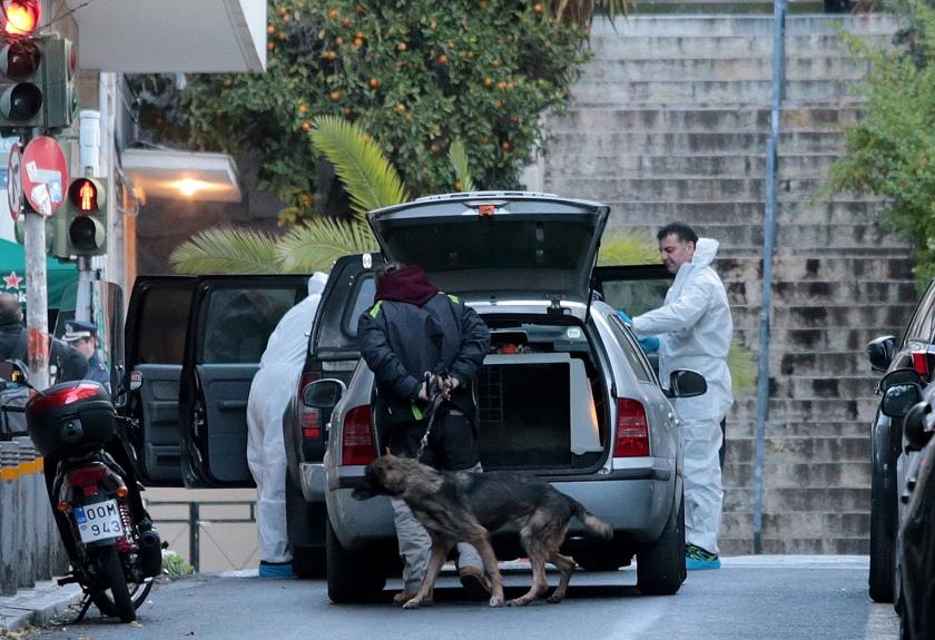 Bij de rooms-katholieke kathedraal in de Griekse hoofdstad Athene is donderdagmorgen vroeg een bom ontploft. Een agent en een medewerker van de kerk raakten gewond, toen het 'verdachte pakketje' dat hun was opgevallen en dat ze probeerden te verplaatsen, ontplofte. De verantwoordelijkheid is nog niet opgeëist. Kleinschalige aanvallen op bedrijven, staatsgebouwen, politie en politici zijn niet ongewoon in Griekenland. <  (epa / Pantelis Saitas)
