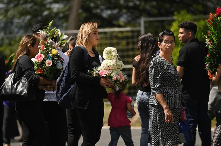De 25-jarige Oscar Alberto Martinez en zijn dochter Angie Valeria van bijna twee jaar oud zijn maandag begraven in  El Salvador. Zij verdronken toen ze de grens tussen de Verenigde Staten en Mexico wilden oversteken.  (afp / Marvin Recinos)