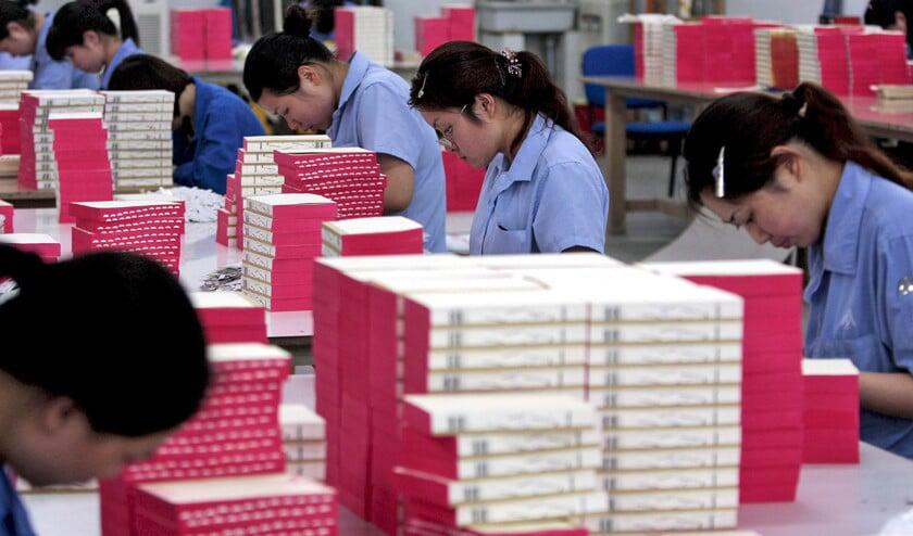 Chinese vrouwen aan het werk bij de Nan Jing Amity Printing Company, een door religieuze stichtingen opgezette drukkerij van onder meer bijbels.  (epa / Jin Lin)