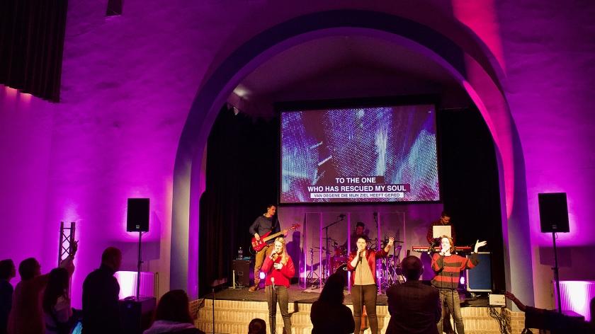 De band van City Life Church Breda oefent voor de eerste samenkomst in de kapel van de koepelgevangenis.  (clc en google earth)