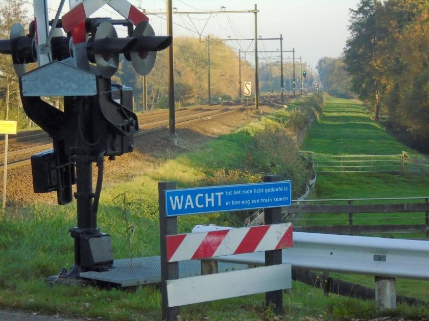 De spoorwerkers bij Renswoude legden niet alleen de spoordijk aan maar maakten ook de omgeving onveilig.  (nd)