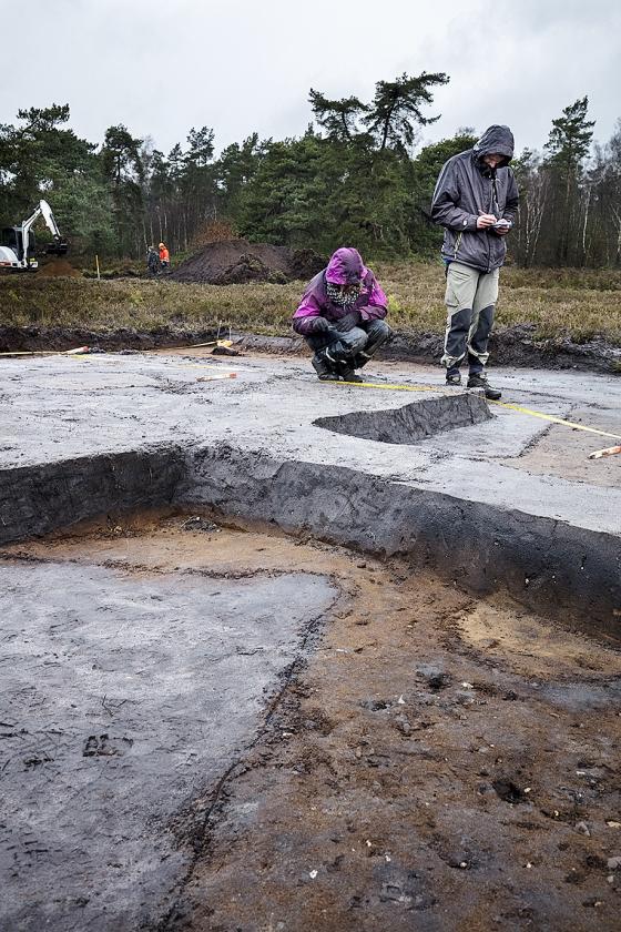 Links: een grafheuvel. Rechts: Quentin Bourgeois markeert een paalgat van 'Stonehenge'. Onder: een vondstenzakje.   (Dick Vos)
