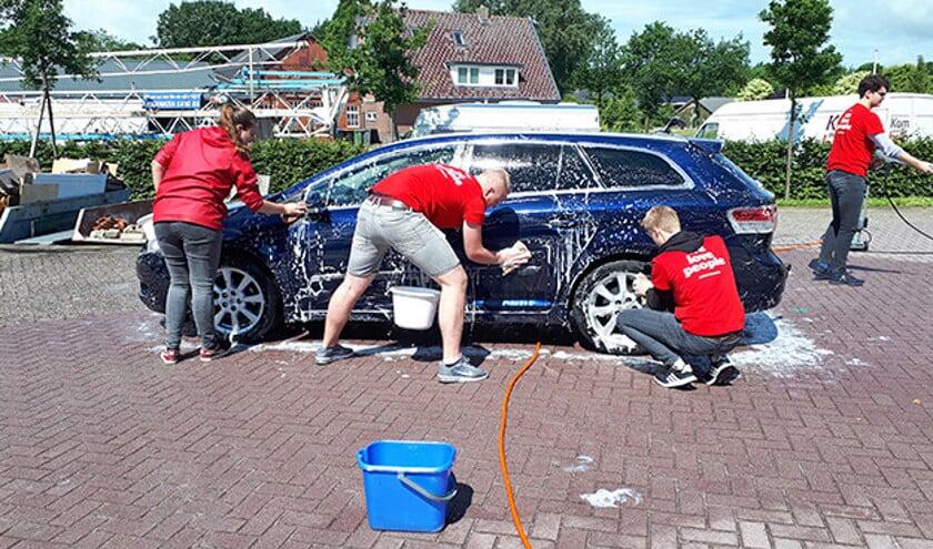 Autowassers van Doorbrekers aan het poetsen.  (nd)