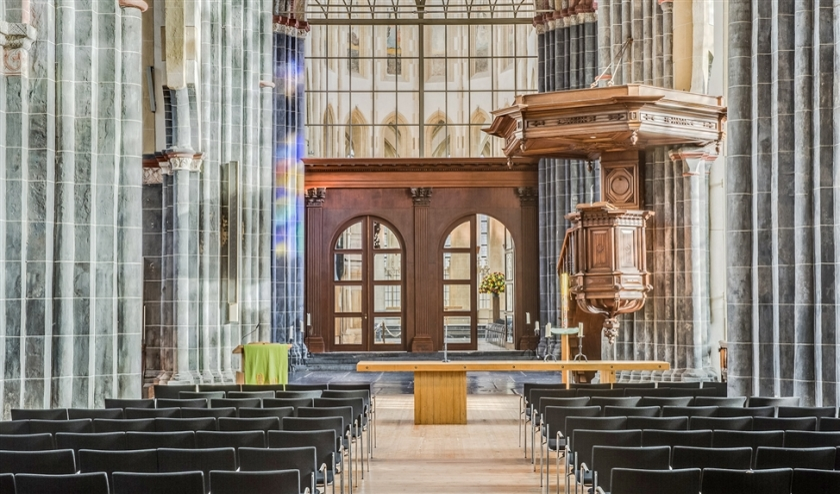 In sommige oude kerken verdwijnen banken voor stoelen. Zo ook in de Martinikerk in Groningen.  (Janco Cnossen en Diana Nieuwold)
