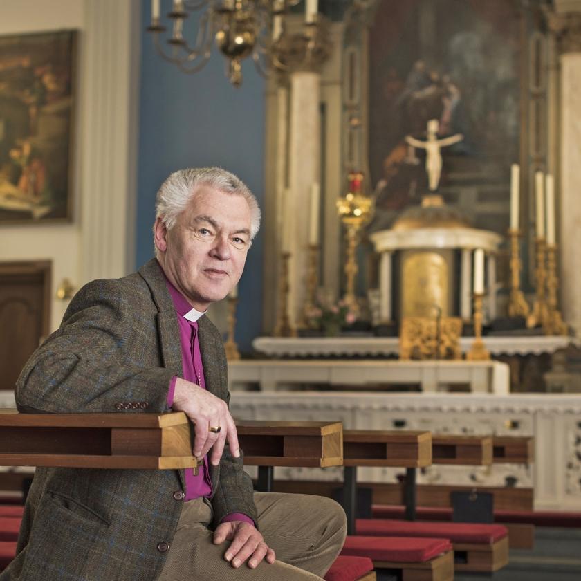Dick Schoon, bisschop van Haarlem, in de Amsterdamse Oud-Katholieke Kerk waar hij pastoor is.   (Martin Waalboer)
