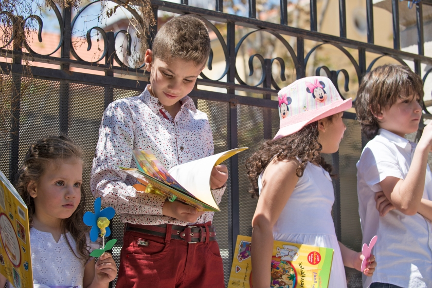 Kinderen in Damascus zijn blij met hun bijbelse prentenboeken die ze van het Syrisch Bijbelgenootschap krijgen.  (syrisch bijbelgenootschap)