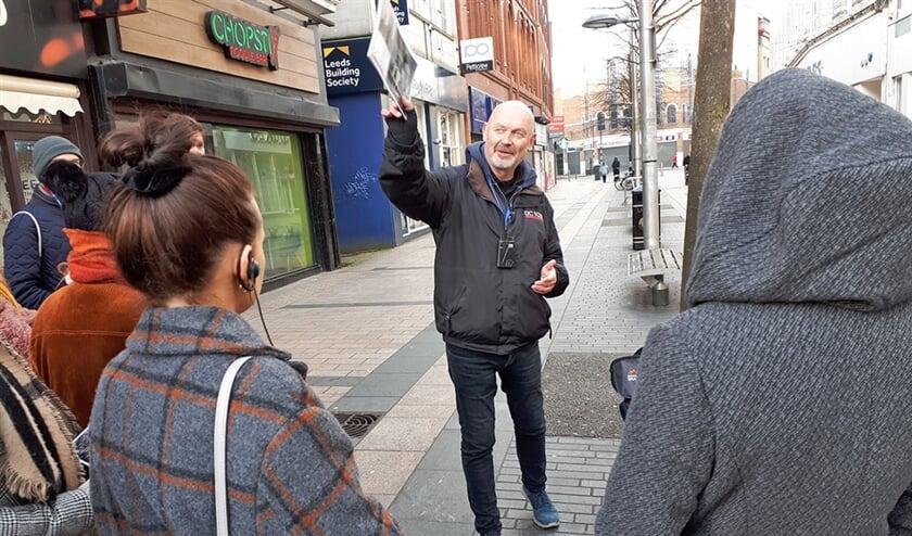 Paul Donnelly is gids in Belfast. Hij was na de vrede in 1998 betrokken bij projecten om oud-strijders met elkaar te laten spreken.  (nd)