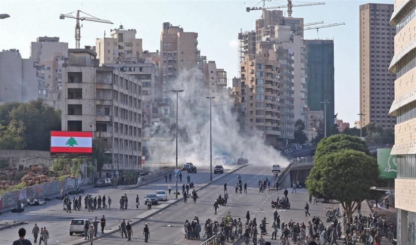 Libanese veiligheidstroepen proberen met behulp van traangas betogers in toom te houden in het centrum van Beiroet.  (afp)