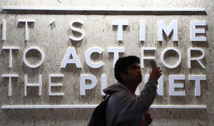 Een selfie voor het expositiecentrum in Madrid waar de VN Klimaattop COP25 wordt gehouden.  (afp / Gabriel Bouys)