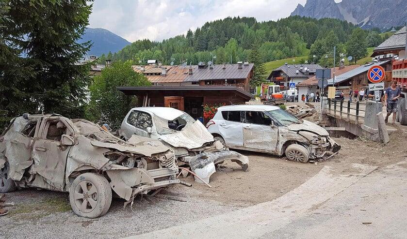 De schade is groot nadat een vloedgolf door de straten kolkte bij het plaatsje Cortina d'Ampezzo in de regio Veneto.  (epa)