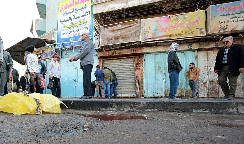 Bewoners van Bagdad op het Tayaran Square in Bagdad, na de dubbele bomaanslag van maandagmorgen.  (epa / Ahmed Jalil)