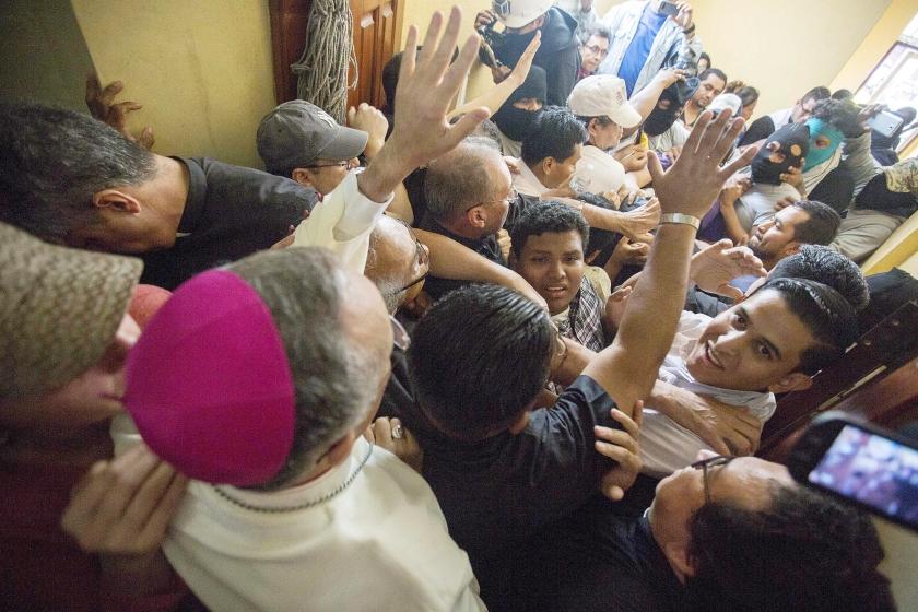Vorige week trokken knokploegen de kerk van San Sebastian binnen en sloegen een bisschop in elkaar. Bisschop Silcio Baez (links) roept op tot kalmte.  (epa / Jorge Torres)